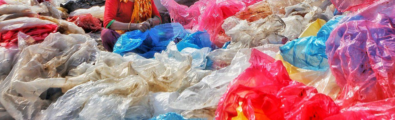 Discarica, cumuli di plastica