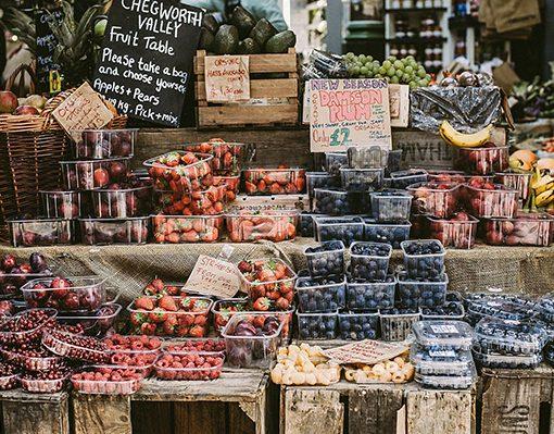 Prodotti esposti sul banco del mercato